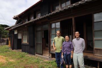 古民家の改修に取り組む(右から)長谷川雄生さん、妻の沙織さん、ラスムッセンさん=小値賀町柳郷