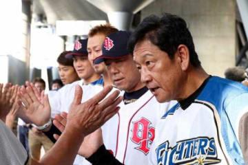 14日、札幌ドームでは両チームの監督と選手らが募金活動を行った【写真:石川加奈子】