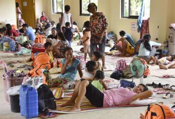 14日、フィリピン・カガヤン州アパリの避難所に身を寄せる人たち(共同)