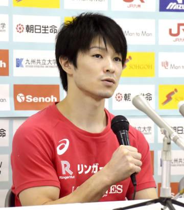 全日本シニア選手権を翌日に控え、意気込みを語る内村航平=14日、北九州市立総合体育館