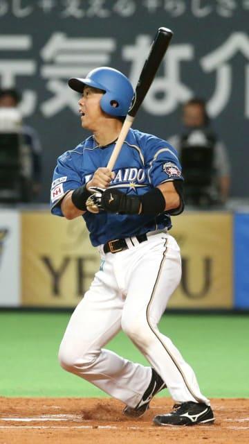 4回日本ハム1死満塁、鶴岡が中前に勝ち越し打を放つ=札幌ドーム