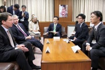 米国のビーガン北朝鮮担当特別代表(左から2人目)と面会する横田拓也さん(右から2人目)ら=14日、内閣府