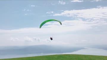パラグライダーが空中「ワルツ」を舞う 甘粛省永靖県