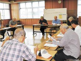 東松島市内の8地区で開催している広域避難計画に関する勉強会=1日