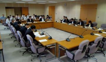 【芳野議員の発言を巡って議論する代表者会議=三重県議会議事堂で】