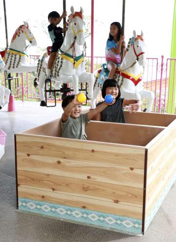 「湯~園地」のメリーゴーラウンドを楽しむ子どもたち=15日午前、大分県別府市