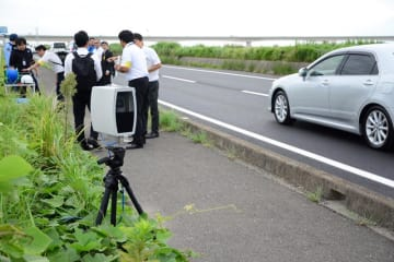 全国で初導入された持ち運び可能な「ナンバー自動読み取り装置」=14日、神崎町の国道356号