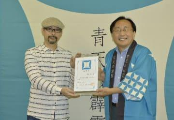 三村申吾知事(右)から委嘱状を受け取る森沢明夫さん=14日、青森県庁