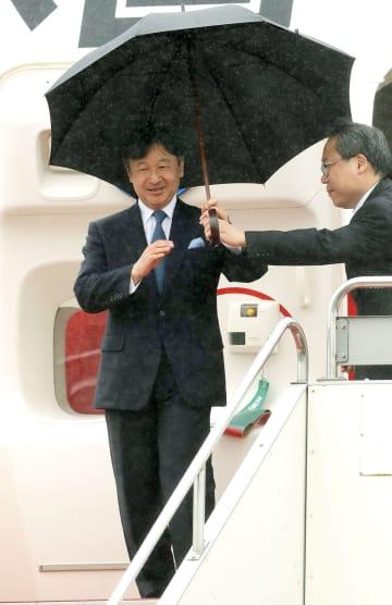 フランスから帰国された皇太子さま=15日午前、羽田空港