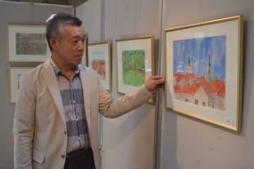 異国情緒あふれる水彩画を展示している菊池時男さん