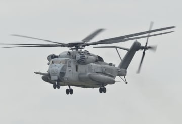 同型のCH53E大型輸送ヘリコプター=2017年12月、沖縄県宜野湾市