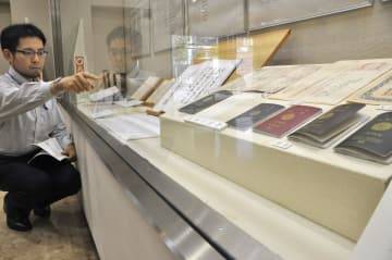 外交史料館に展示される外交記録文書=12日、東京都港区