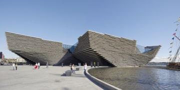 英北部スコットランド・ダンディーにオープンした「ビクトリア&アルバート博物館ダンディー」(同博物館提供・共同)
