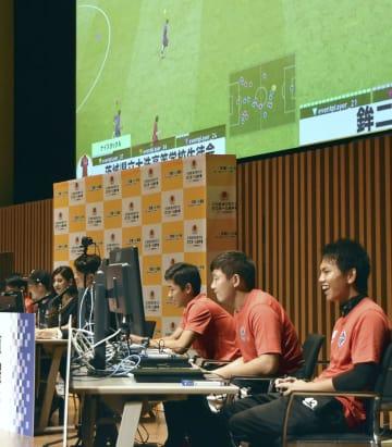 eスポーツで対戦する高校生ら=15日午後、茨城県つくば市