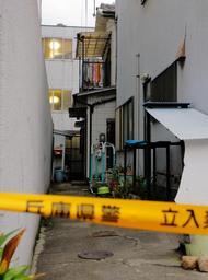 殺人未遂事件が発生した現場の民家(奥)=15日午後、神戸市中央区