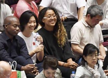 大相撲を笑顔で観戦するテニスの大坂なおみ選手(左から3人目)=15日、両国国技館