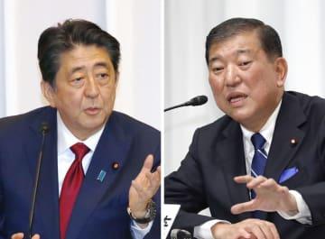 討論会で議論する安倍首相(左)と石破元幹事長=14日
