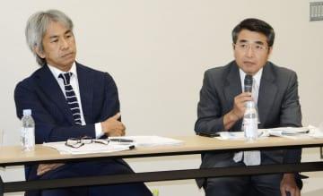シンポジウムで発言する福島民報社の安田信二取締役論説委員長。左は南日本新聞社の原田茂樹文化生活部長=15日午後、横浜市の日本新聞博物館