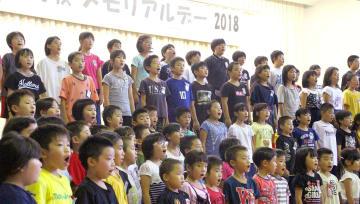 校庭にあったイチョウの木の再生が歌詞に盛り込まれている「生きていたんだね」を合唱する児童=南島原市立大野木場小