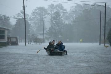 洪水に見舞われた住民らの救助に当たる人々=14日、米ノースカロライナ州(ゲッティ=共同)