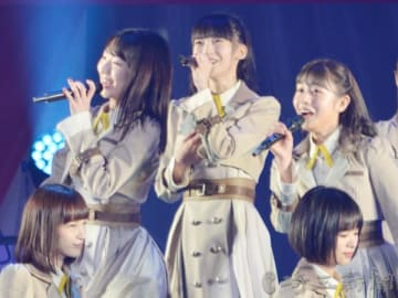 最新4thシングルの表題曲「世界の人へ」でセンターを務める荻野由佳さん(中央)