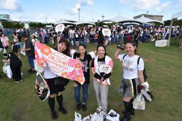 安室奈美恵さん引退の日を迎え、花火ショーの会場周辺に集まったファンら=16日午前、沖縄県宜野湾市