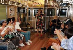 山陽電鉄の車両内で熱唱するジャズシンガー=高砂市高砂町