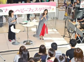 トークショーで、子育ての喜びや苦労を語る藤本美貴さん=15日、新潟市中央区