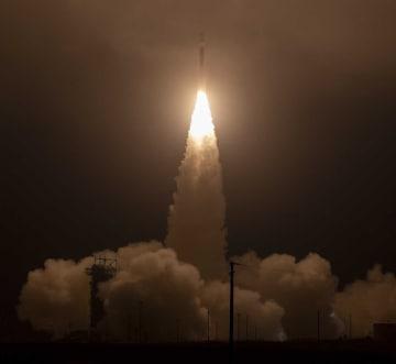 人工衛星「ICESat2」を載せたデルタ2ロケットの打ち上げ=15日、米カリフォルニア州(NASA提供・共同)