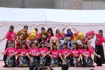 「プリキュア」シリーズの着ぐるみと関東学院大学のよさこいソーランサークル「誇咲」の女子大生がダンスを披露した「プリキュア15周年記念企画 ダンススペシャルステージ」