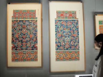 鳳凰堂内の北母屋柱の彩色の復元図(左)。南母屋柱(右)とは微妙に文様が違うことが分かる=宇治市宇治・平等院ミュージアム鳳翔館