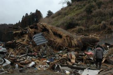 東日本大震災で流失した吉田家住宅の一部=2011年3月