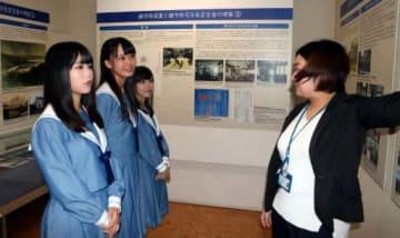 入船山記念館で学芸員(右端)から旧呉鎮守府の歴史などについて教わる矢野さん(左端)ら