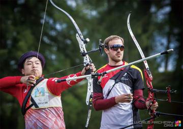 強豪選手と肩を並べてプレー=写真左 全日本アーチェリー連盟提供