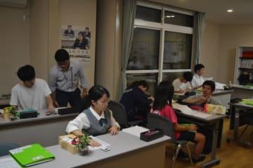 葛巻町学習塾の授業風景。講師が教室内を巡回し、生徒の疑問に応じて個別に指導する