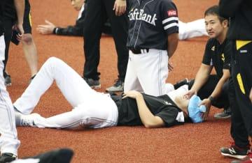 西武の打撃練習の打球が頭部に当たり、横たわって救急車の到着を待つソフトバンク・柳田=メットライフドーム