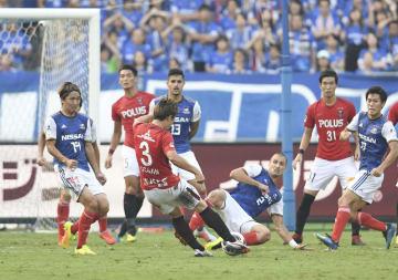 横浜M―浦和 前半、先制ゴールを決める浦和・宇賀神(3)=日産スタジアム