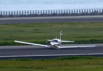 大分空港の滑走路に胴体着陸した小型機=16日午後5時24分