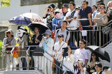 沖縄県知事選候補者の街頭演説を聞く有権者ら=16日午後、那覇市