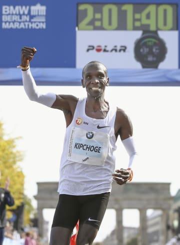2時間1分39秒の世界新記録で2連覇したエリウド・キプチョゲ=ベルリン(ゲッティ=共同)