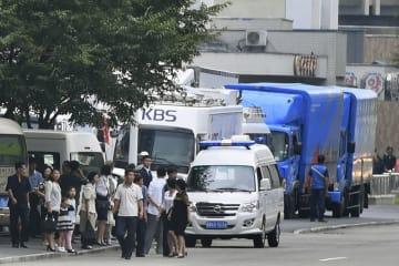 南北首脳会談のため、平壌の高麗ホテル前に停車する韓国放送公社などの車両=16日(共同)