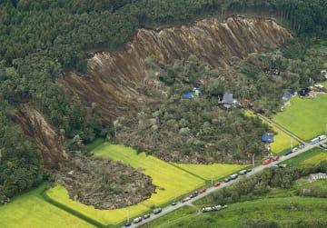 北海道厚真町で地震により崩れた土砂で被害を受けた農地=7日