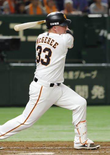 5回巨人2死二、三塁、マギーが中前に2点打を放つ=東京ドーム