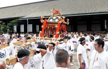 三十三間堂の本堂前で担ぎ上げられる神輿(16日午後35分、京都市東山区)