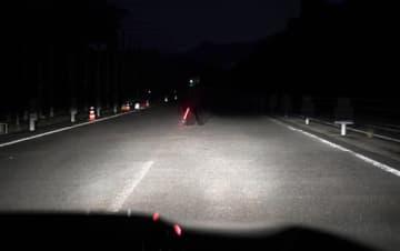 下向きライトで前方を照らした時の見え具合。約20メートル先の歩行者(赤色灯が目印)は、足元がうっすら見える程度