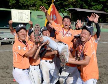 黒木祐平主将を胴上げし、優勝を喜ぶ檍クラブのメンバー=16日午後、宮崎市・県総合運動公園