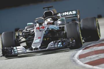 F1シンガポールGP決勝で走行するメルセデスのハミルトン=シンガポール(ゲッティ=共同)