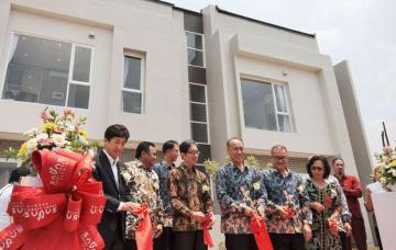 サバサのモデルハウス開所式。内外装とも一般的なインドネシアの住宅に比べて色彩を抑えたデザインとした=15日、西ジャワ州ブカシ県(NNA撮影)