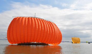 鮮やかな色彩の帆引き船が湖上に浮かんだ=かすみがうら市沖の霞ケ浦