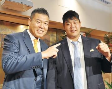 雄勢さん(右)にエールを送る父・直也さん